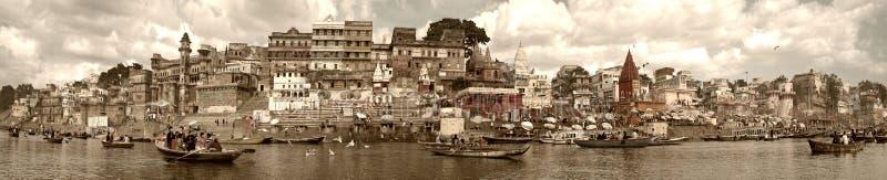瓦腊纳西,印度- 2009年11月:有漂浮沿堤防、ghats和古老大厦的游人和本机的小船 免版税图库摄影