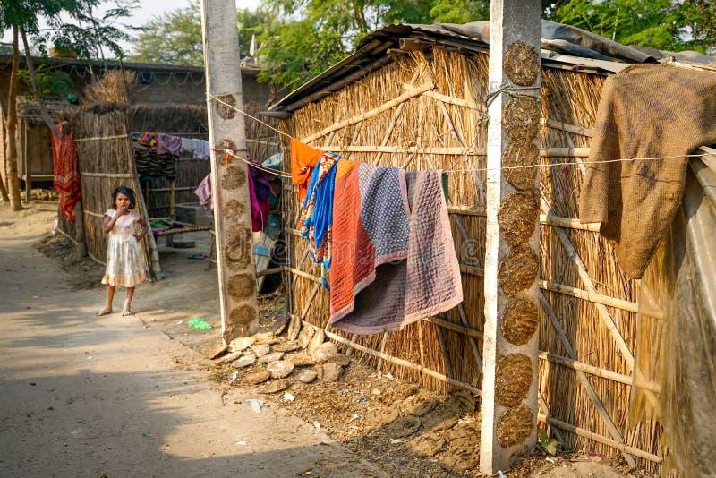 瓦腊纳西/印度09 11 2018年:生活在小恶劣的村庄 免版税库存照片