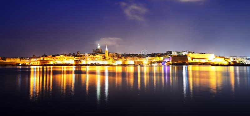 瓦莱塔全景夜照明的 免版税库存照片
