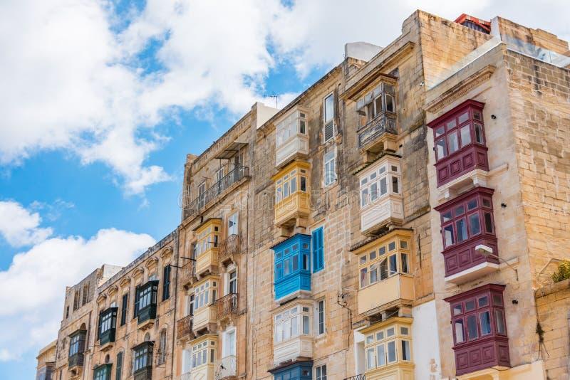 瓦莱塔马耳他镇的一栋居民住房的许多典型的传统阳台  库存图片