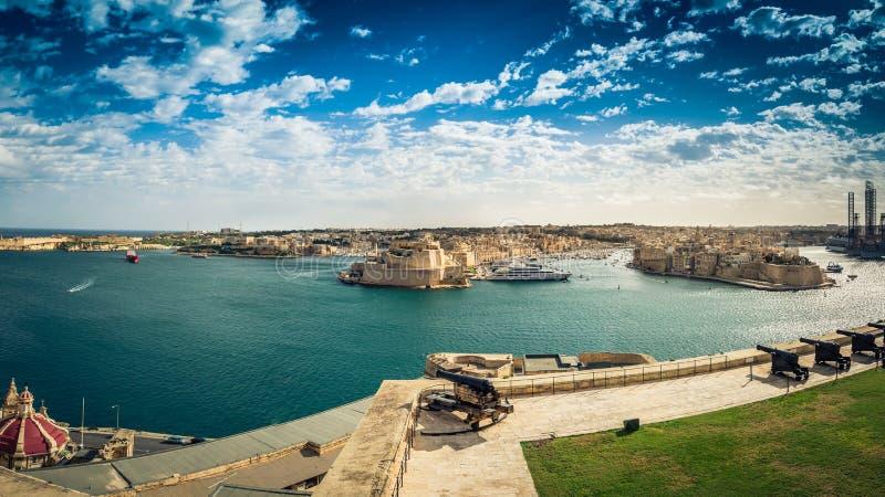 瓦莱塔,马耳他:在盛大港口和森格莱阿、比尔古和科斯皮夸三个的看法从上部Barrakka庭院 免版税库存照片