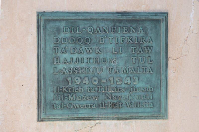 瓦莱塔,马耳他- 2017年5月9日:在围困响铃战争纪念建筑里面的匾在1992年设计由迈克尔Sandle和架设的 免版税库存照片