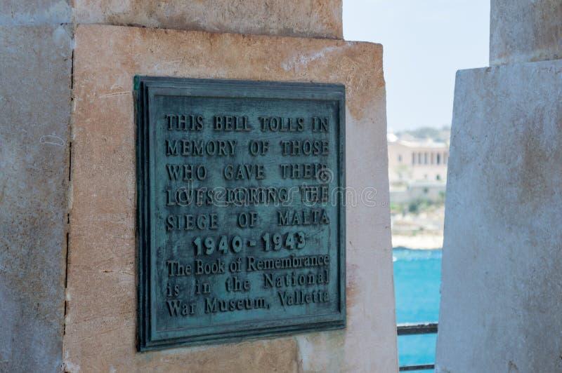 瓦莱塔,马耳他- 2017年5月9日:在围困响铃战争纪念建筑里面的匾在1992年设计由迈克尔Sandle和架设的 库存照片