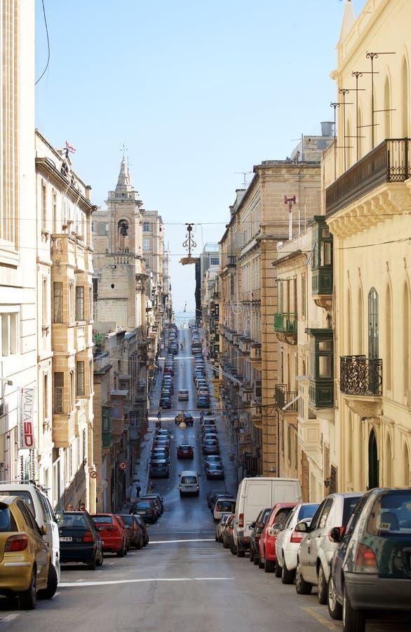 瓦莱塔,马耳他- 2014年1月14日:狭窄的街道全景在瓦莱塔在地中海2014年1月14日 地区莫斯科一幅全景 免版税图库摄影