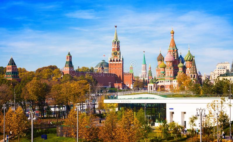 瓦西里大教堂保佑了柏拉仁诺教堂、克里姆林宫Spasskaya塔和公园Zaryadie 俄国 免版税库存照片