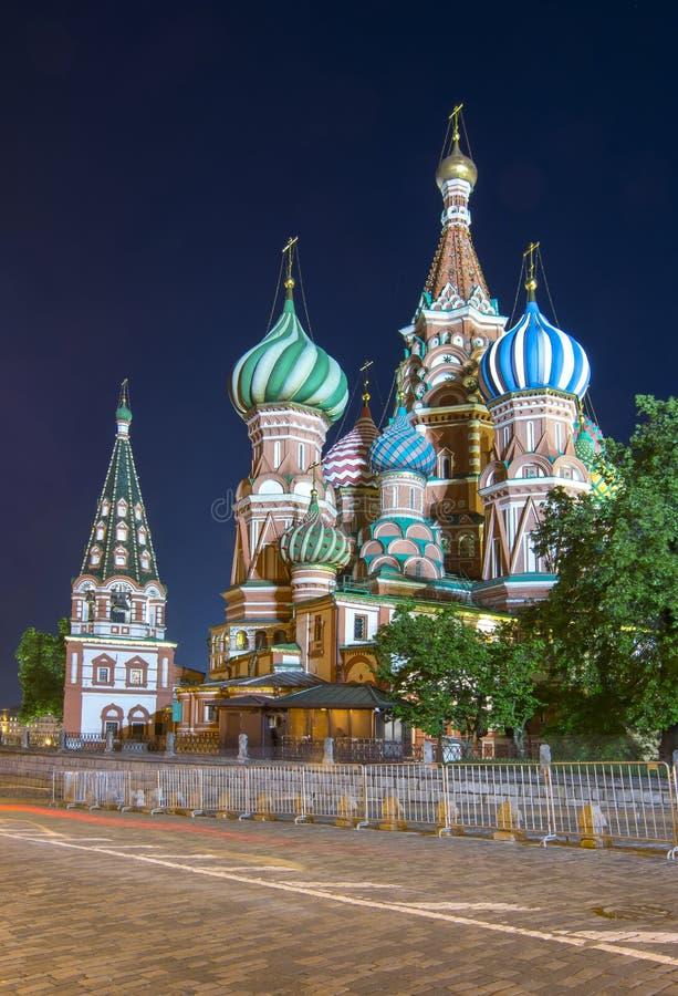 瓦西里大教堂红场的保佑的圣徒蓬蒿` s大教堂在晚上,莫斯科,俄罗斯 免版税库存图片