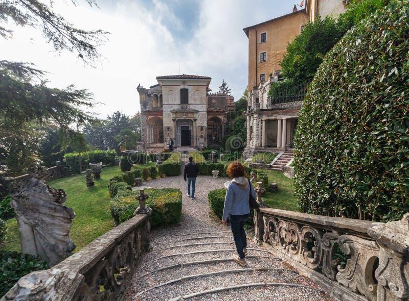 瓦雷泽别墅10月2018年意大利-在瓦雷泽,意大利神圣的山的到来正方形的  免版税库存图片