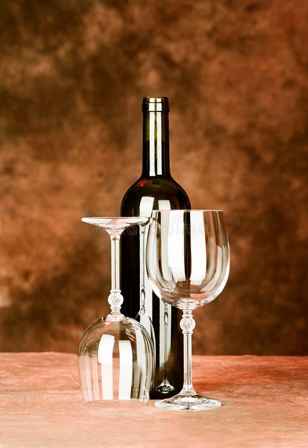 瓶与二块玻璃的酒 免版税库存图片