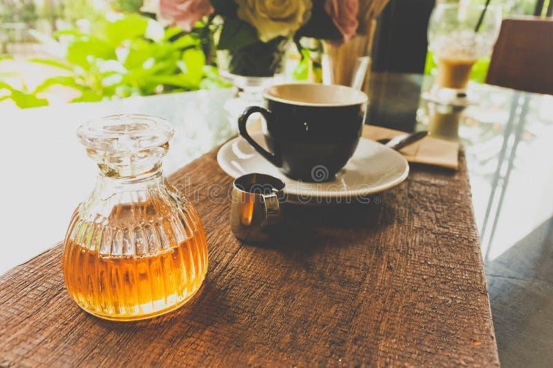 瓶与咖啡具的蜂蜜在对顾客的服务以后 库存照片