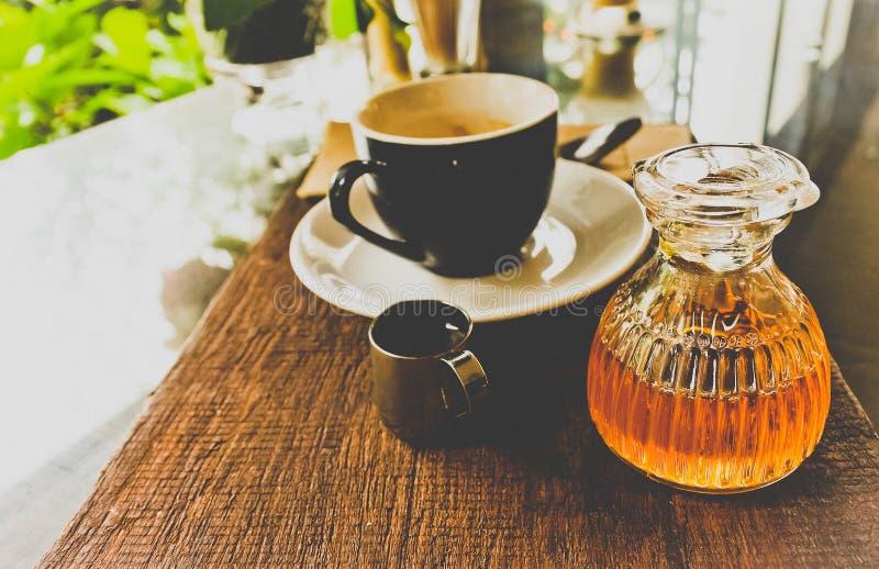 瓶与咖啡具的蜂蜜在对顾客的服务以后 免版税库存图片