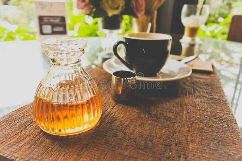 瓶与咖啡具的蜂蜜在对顾客的服务以后 免版税库存照片