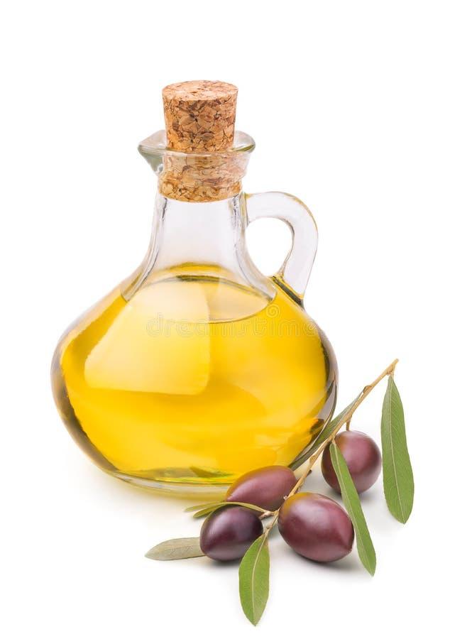 瓶与在白色隔绝的成熟橄榄树枝的橄榄油 免版税库存照片