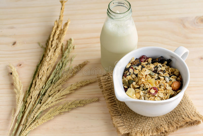 瓶与燕麦和全麦五谷的新鲜的牛奶剥落 免版税库存照片