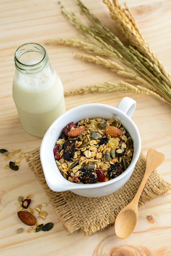 瓶与燕麦和全麦五谷的新鲜的牛奶剥落 免版税库存图片