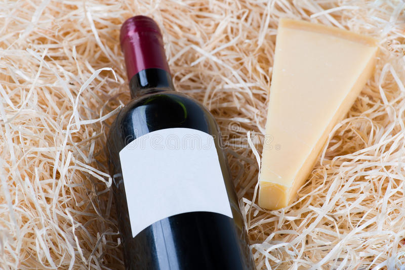 瓶与葡萄酒杯和干酪的极大的酒 免版税图库摄影