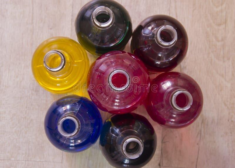 瓶充满不同颜色液体  免版税库存照片