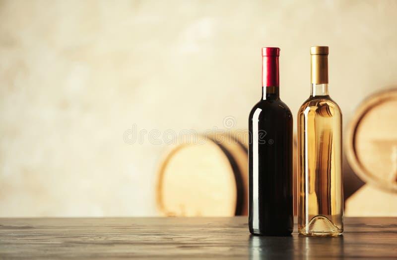 瓶可口酒和被弄脏的桶 库存照片