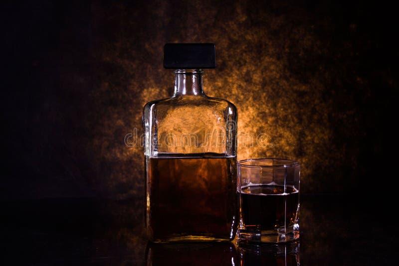 瓶和一杯酒精饮料,欢呼 库存图片