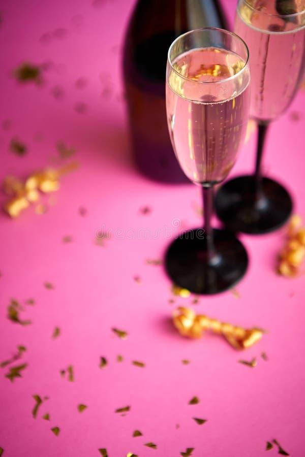 瓶和两块玻璃有很多与金黄装饰的闪耀的香槟酒 免版税库存图片