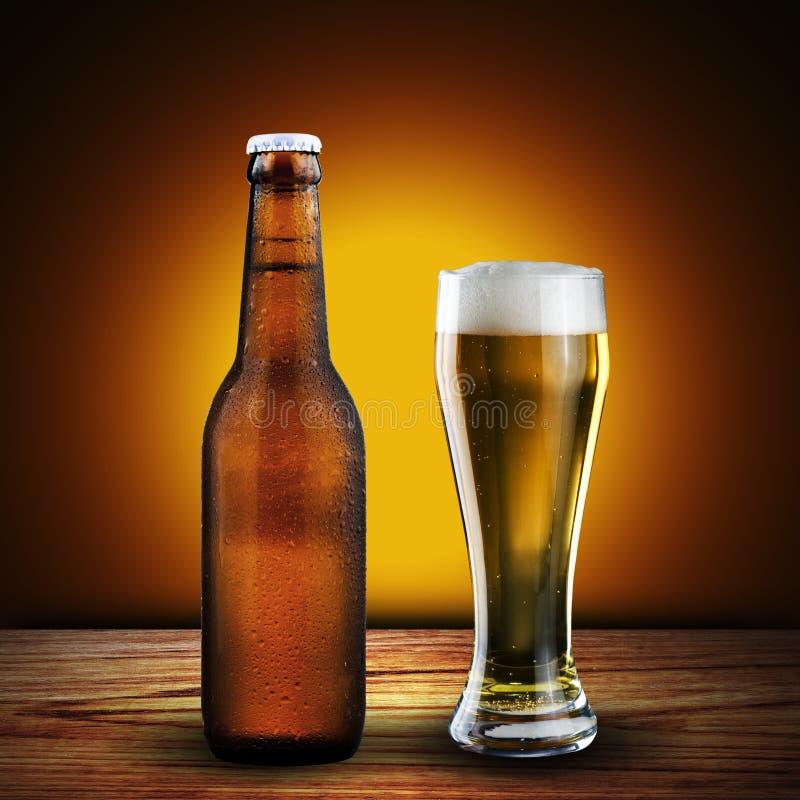 瓶和杯冰镇啤酒 免版税库存照片
