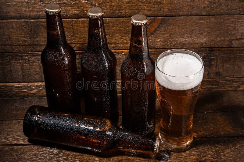 瓶和杯啤酒 图库摄影