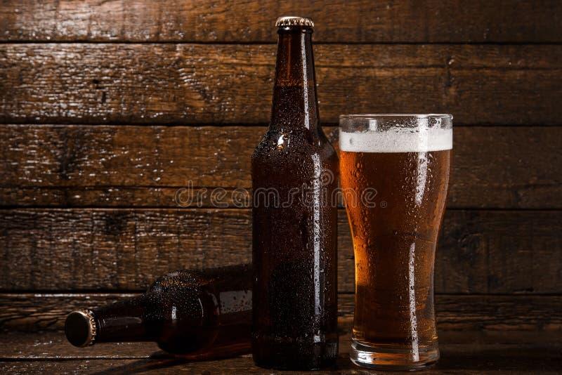 瓶和杯啤酒 免版税库存照片