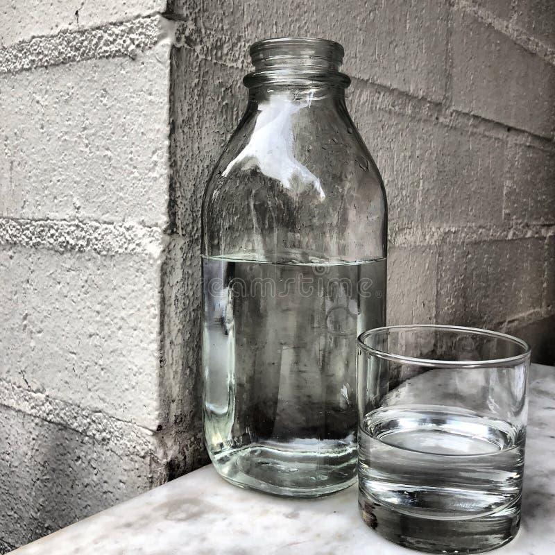 瓶和杯水 库存图片