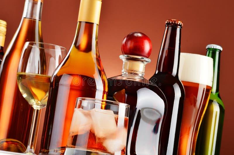 瓶和杯被分类的酒精饮料 库存图片