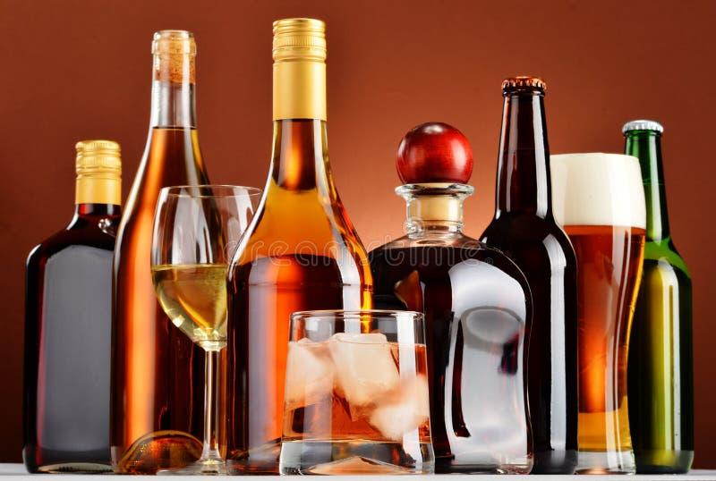 瓶和杯被分类的酒精饮料 免版税库存照片