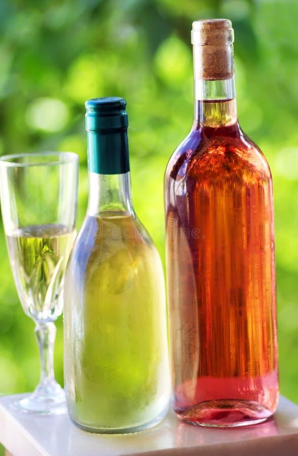 瓶和杯绿色和玫瑰酒红色 图库摄影
