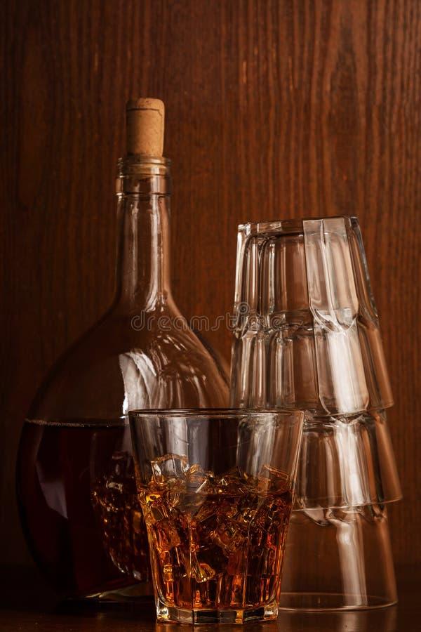 瓶和玻璃用威士忌酒 图库摄影