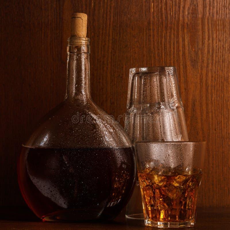 瓶和玻璃用威士忌酒 库存照片
