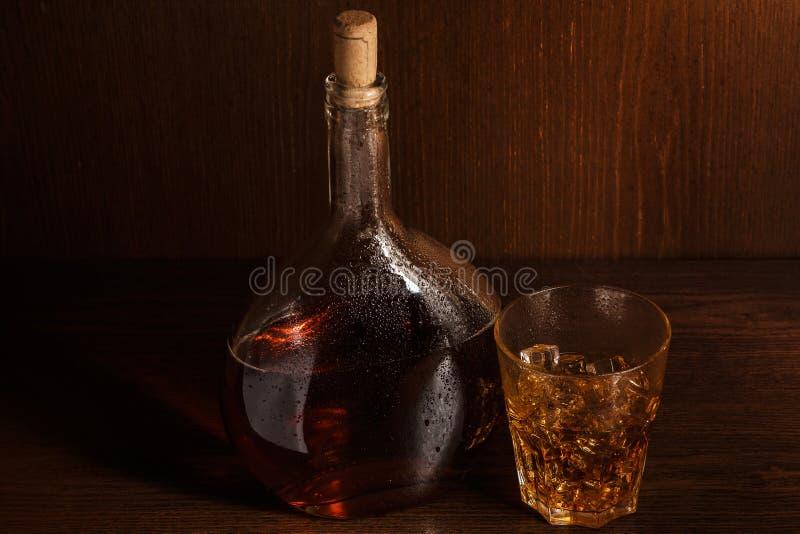 瓶和玻璃用威士忌酒 库存图片