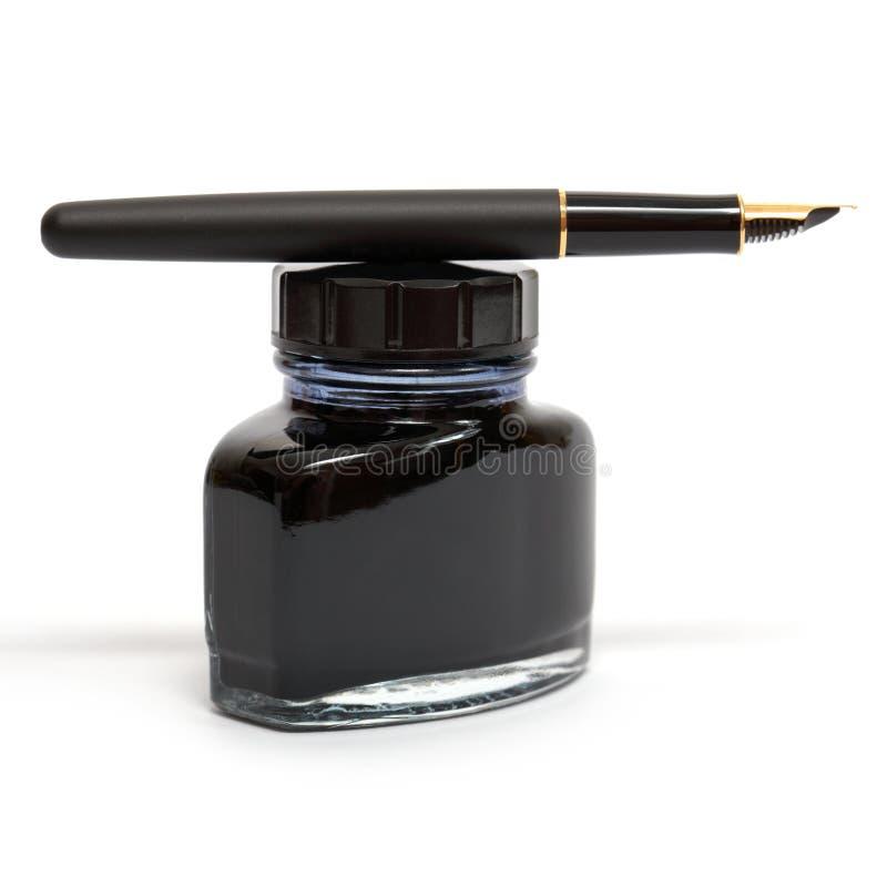 瓶喷泉墨水位于的笔 库存图片