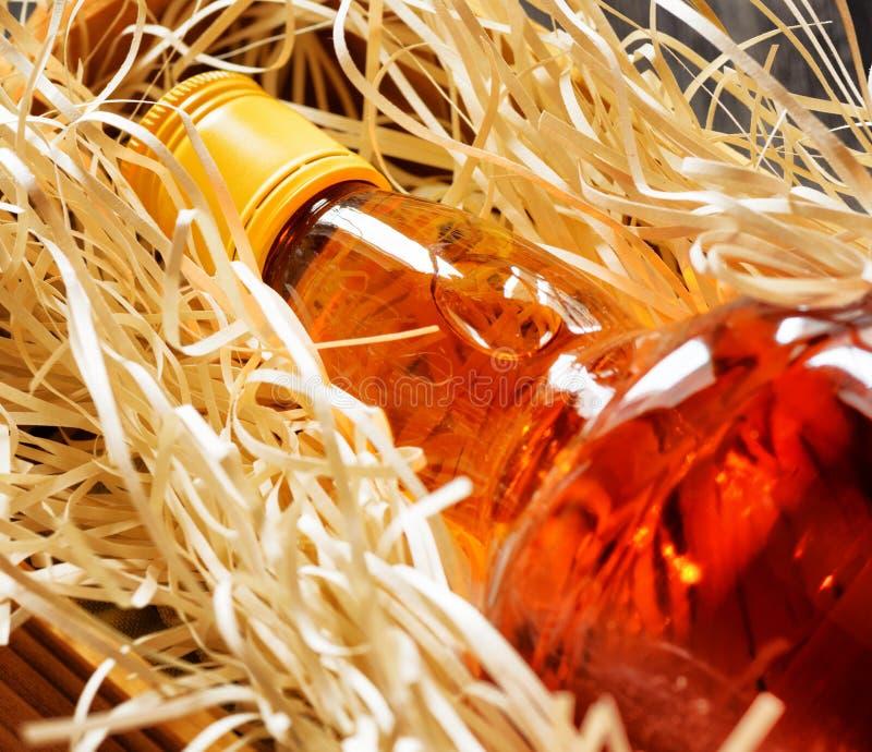 瓶在一个木箱的威士忌酒 图库摄影