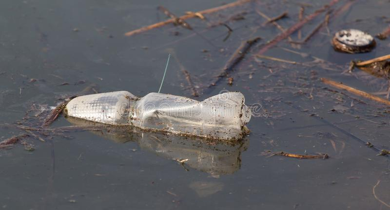 瓶在作为垃圾的湖 免版税库存图片