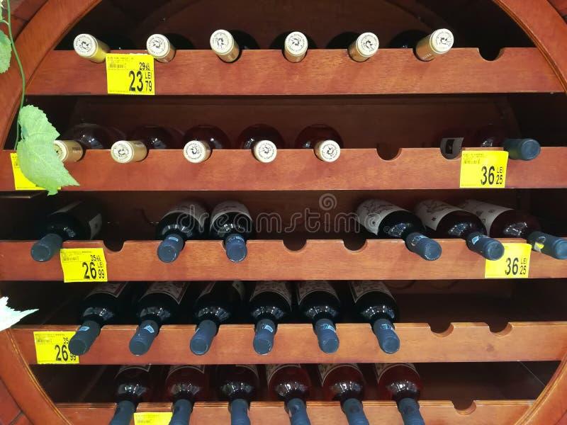 瓶在木架子的酒 免版税库存图片