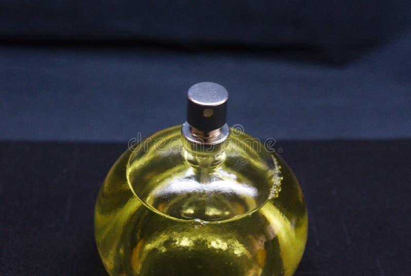 瓶在黑背景的香水 免版税库存图片