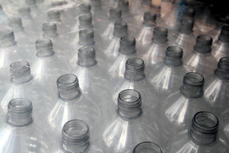 瓶塑料行堆积了包裹 库存图片