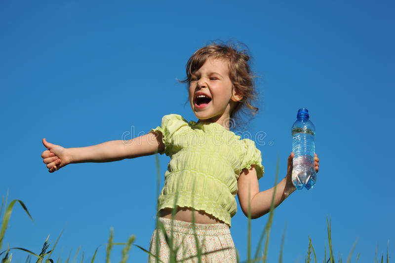 瓶女孩塑料叫喊的水 库存照片