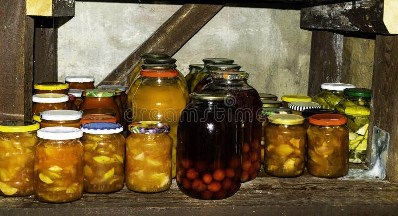 瓶子以泡菜果子被保存的食物品种  免版税库存照片