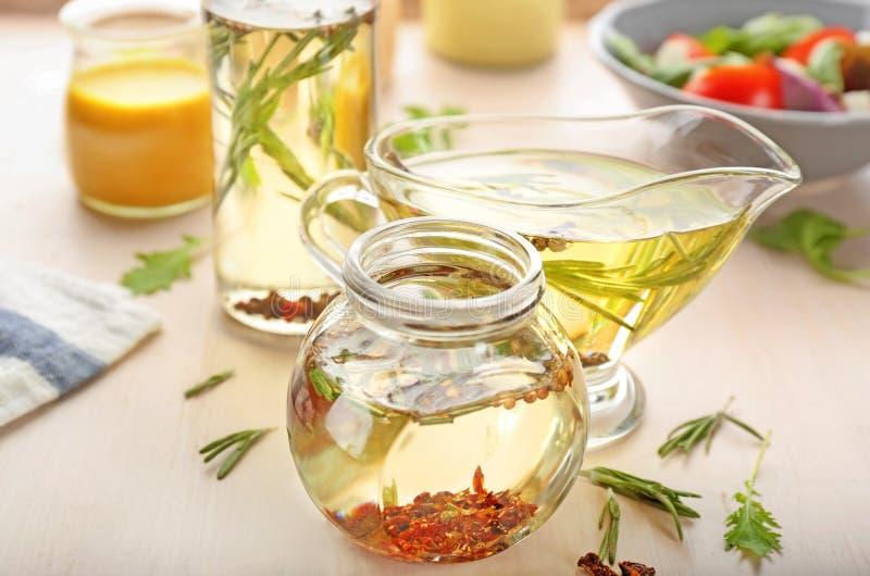 瓶子和调味汁瓶有鲜美色拉调味品的 库存照片