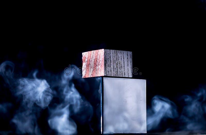 瓶子在烟,黑背景的香水 库存图片