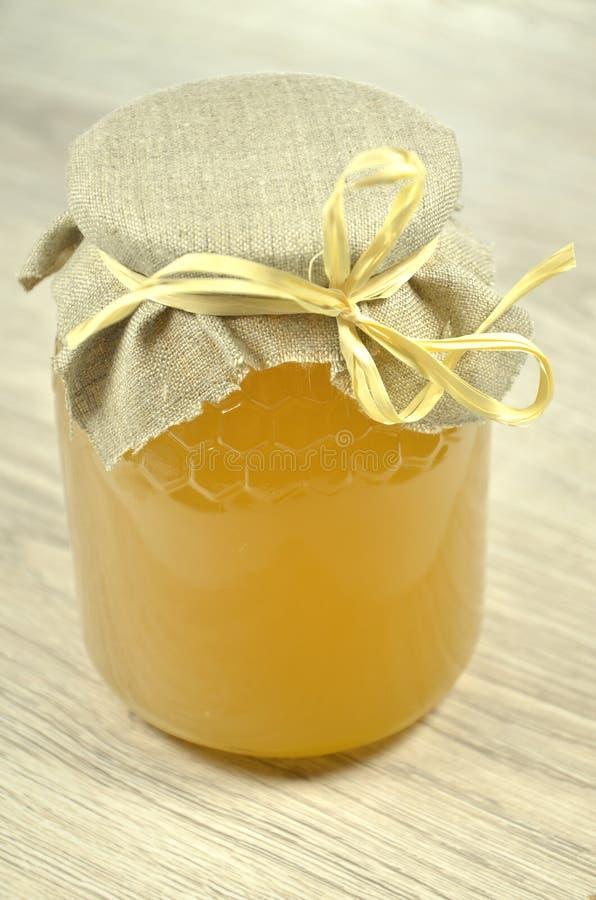 瓶子新鲜的可口蜂蜜 免版税库存照片