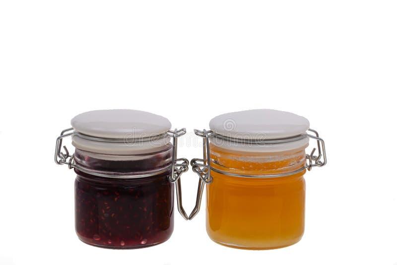 瓶子果酱和蜂蜜在白色背景 免版税图库摄影