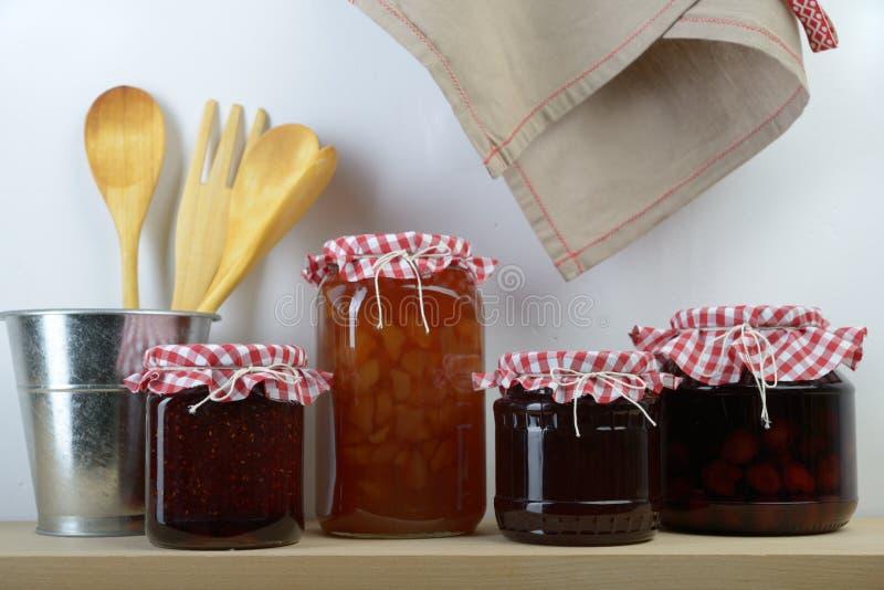 瓶子用在架子的果酱 免版税图库摄影