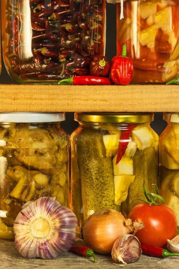 瓶子用用卤汁泡的食物和有机未加工的蔬菜 在木背景的被保存的菜 各种各样的用卤汁泡的食物 在a的生活 库存图片