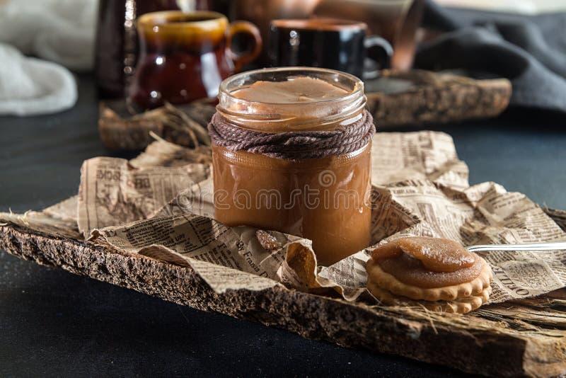 瓶子盐味的焦糖 咸焦糖传统食谱嘘 免版税库存照片