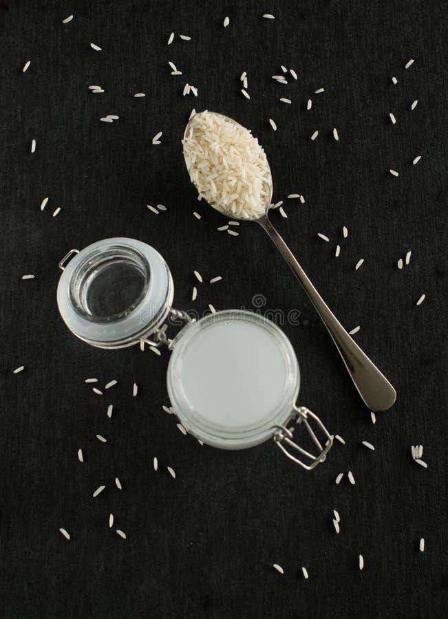 瓶子米水用米作为美容品 库存照片