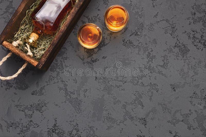 瓶年迈的威士忌酒礼物包裹运输 免版税库存照片